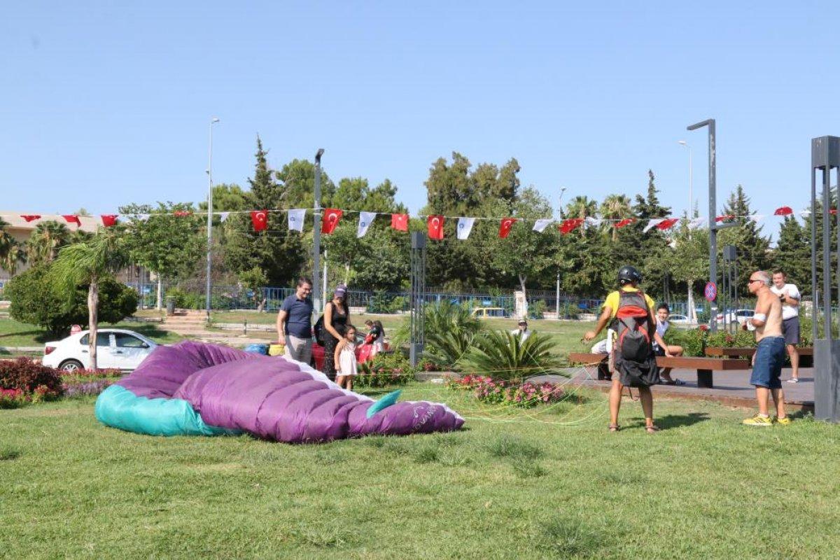 Antalya da yasağa aldırmayan İtalyan paraşütçü aydınlatma direğine takıldı #9