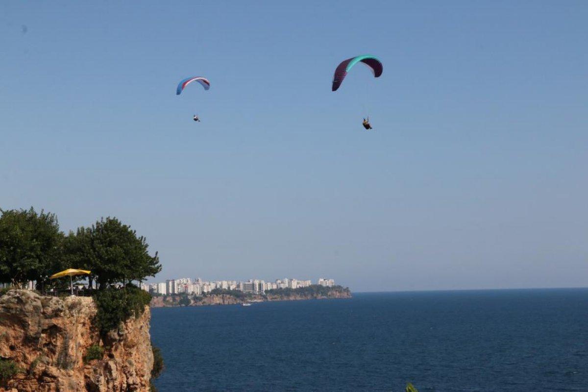 Antalya da yasağa aldırmayan İtalyan paraşütçü aydınlatma direğine takıldı #7