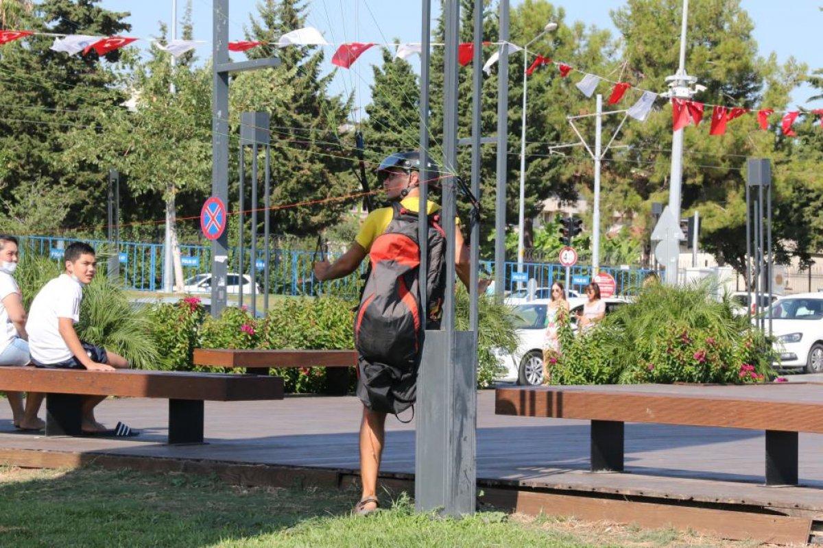 Antalya da yasağa aldırmayan İtalyan paraşütçü aydınlatma direğine takıldı #4