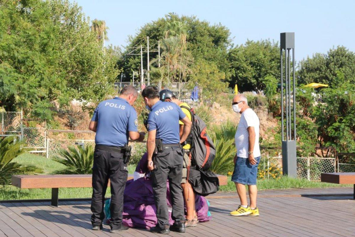 Antalya da yasağa aldırmayan İtalyan paraşütçü aydınlatma direğine takıldı #6