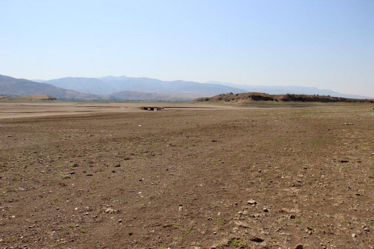 Sivas ta suların çekildiği baraj, yürüyüş alanına döndü #6