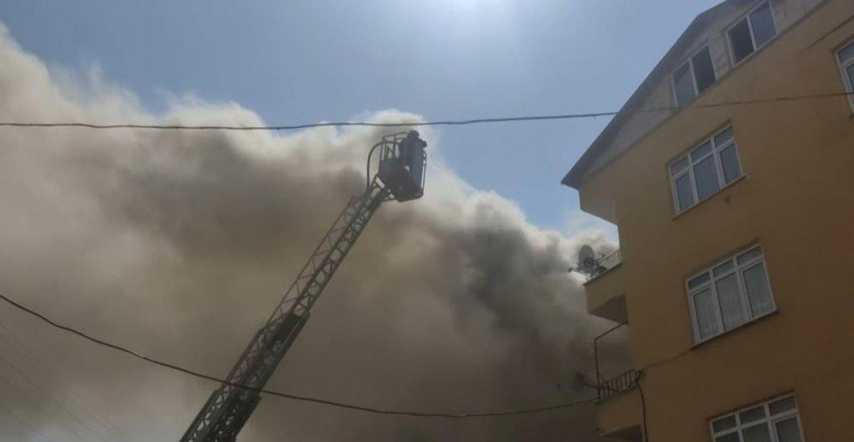 Kocaeli deki binanın çatı katında yangın çıktı  #7