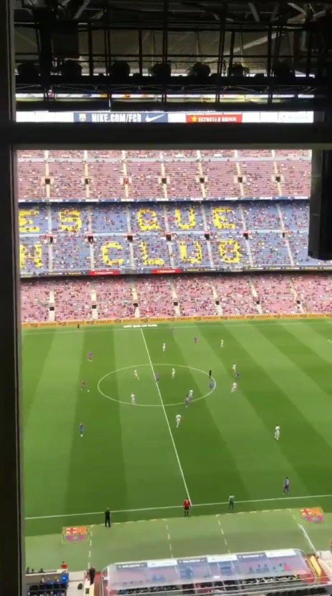Barcelona taraftarı tribünden PSG ye küfür etti #4