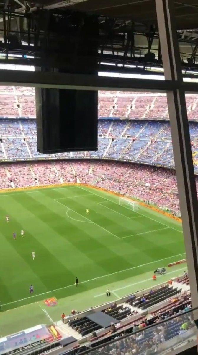 Barcelona taraftarı tribünden PSG ye küfür etti #3