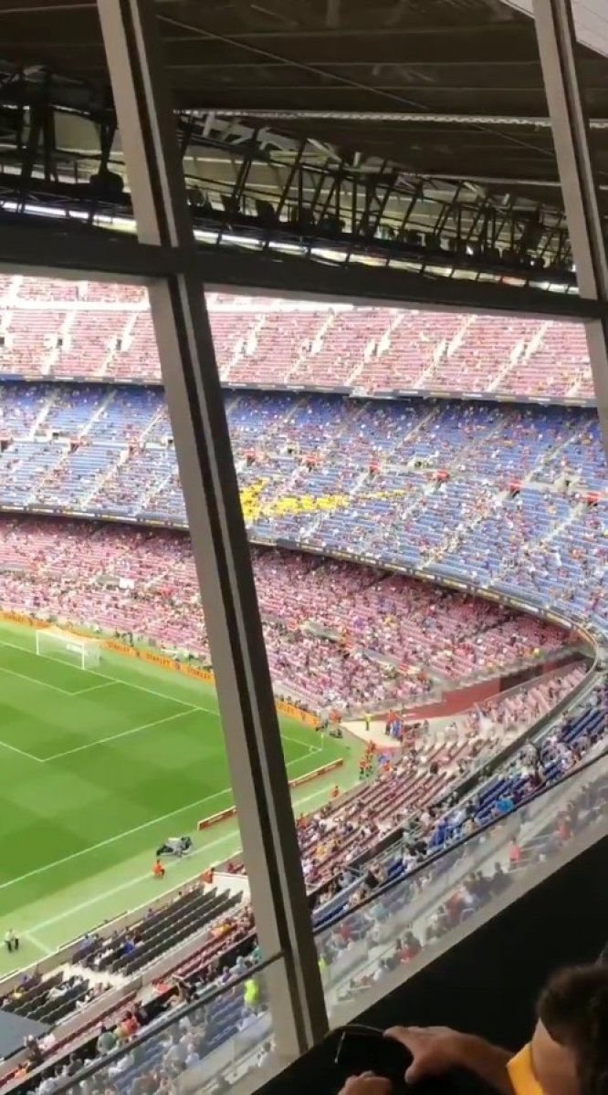 Barcelona taraftarı tribünden PSG ye küfür etti #2
