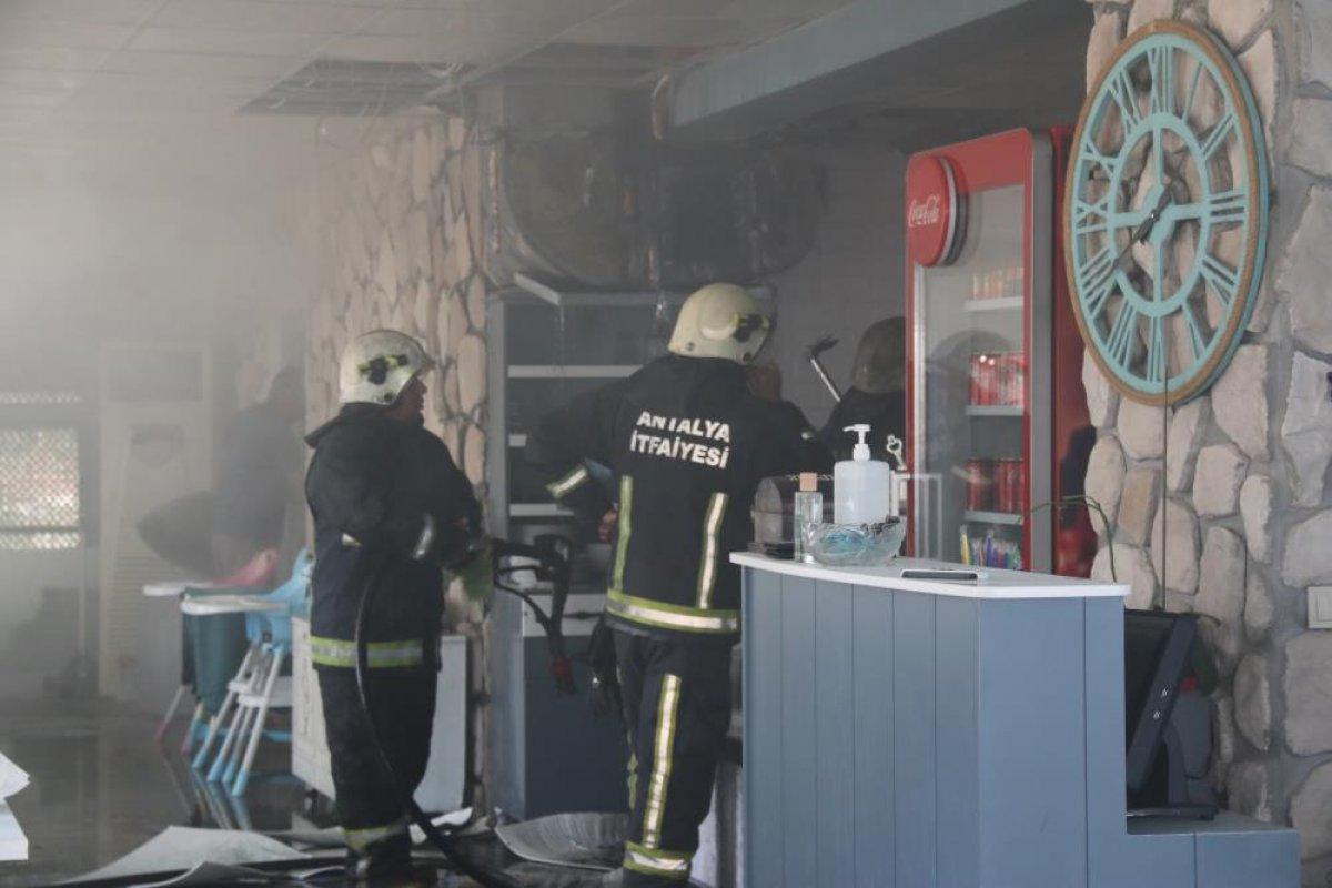 Antalya daki balık restoranının bacası yandı #3