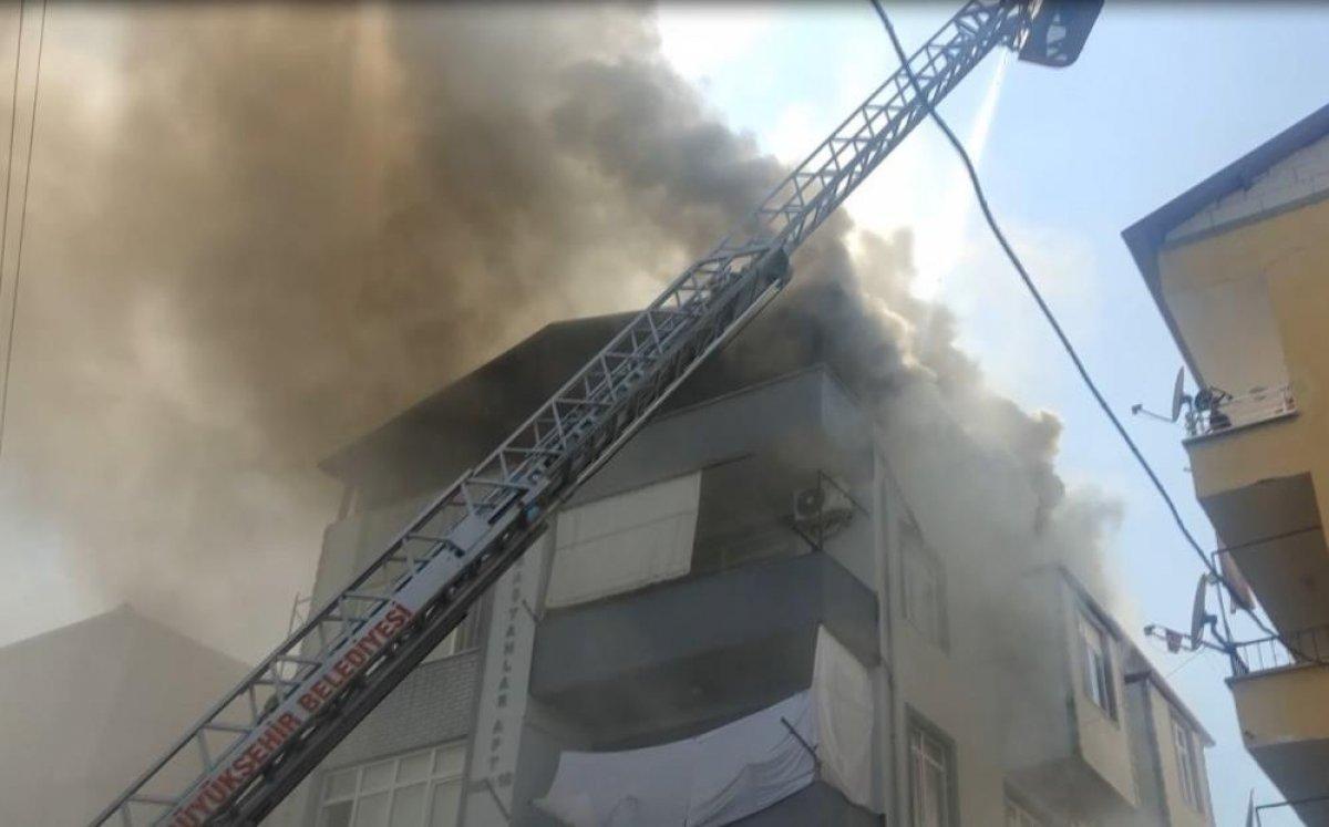 Kocaeli deki binanın çatı katında yangın çıktı  #8