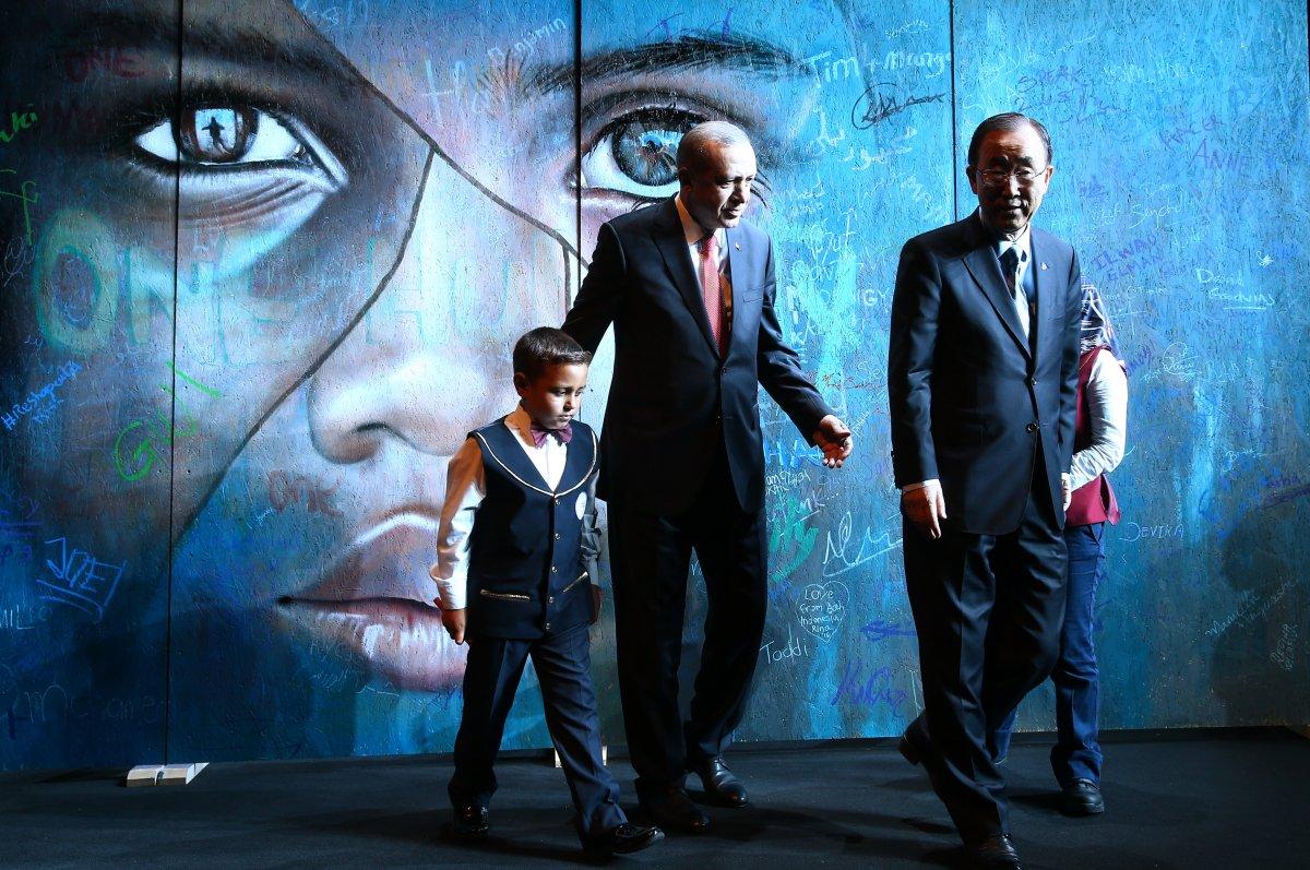 Cumhurbaşkanı Erdoğan, 30 Ağustos tebriklerini  Mülteci Çocuk  tablosu önünde kabul etti #4