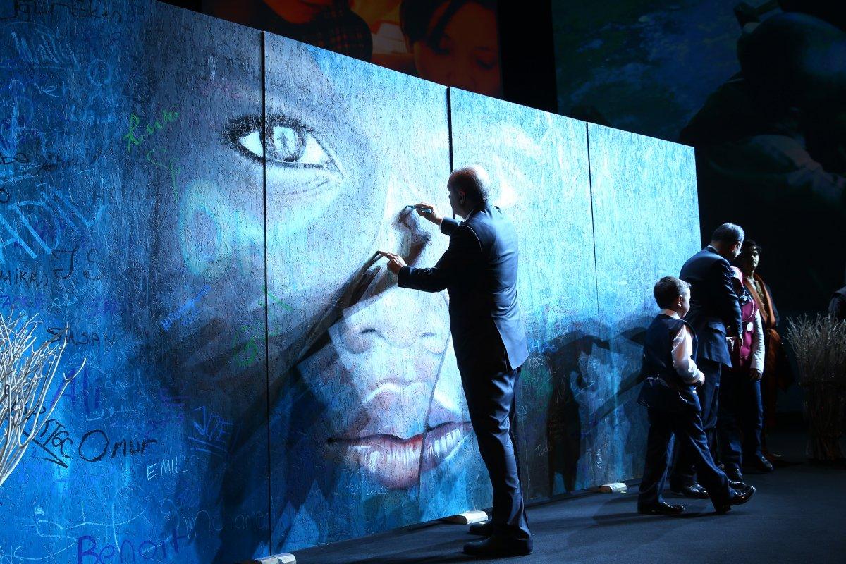 Cumhurbaşkanı Erdoğan, 30 Ağustos tebriklerini  Mülteci Çocuk  tablosu önünde kabul etti #3