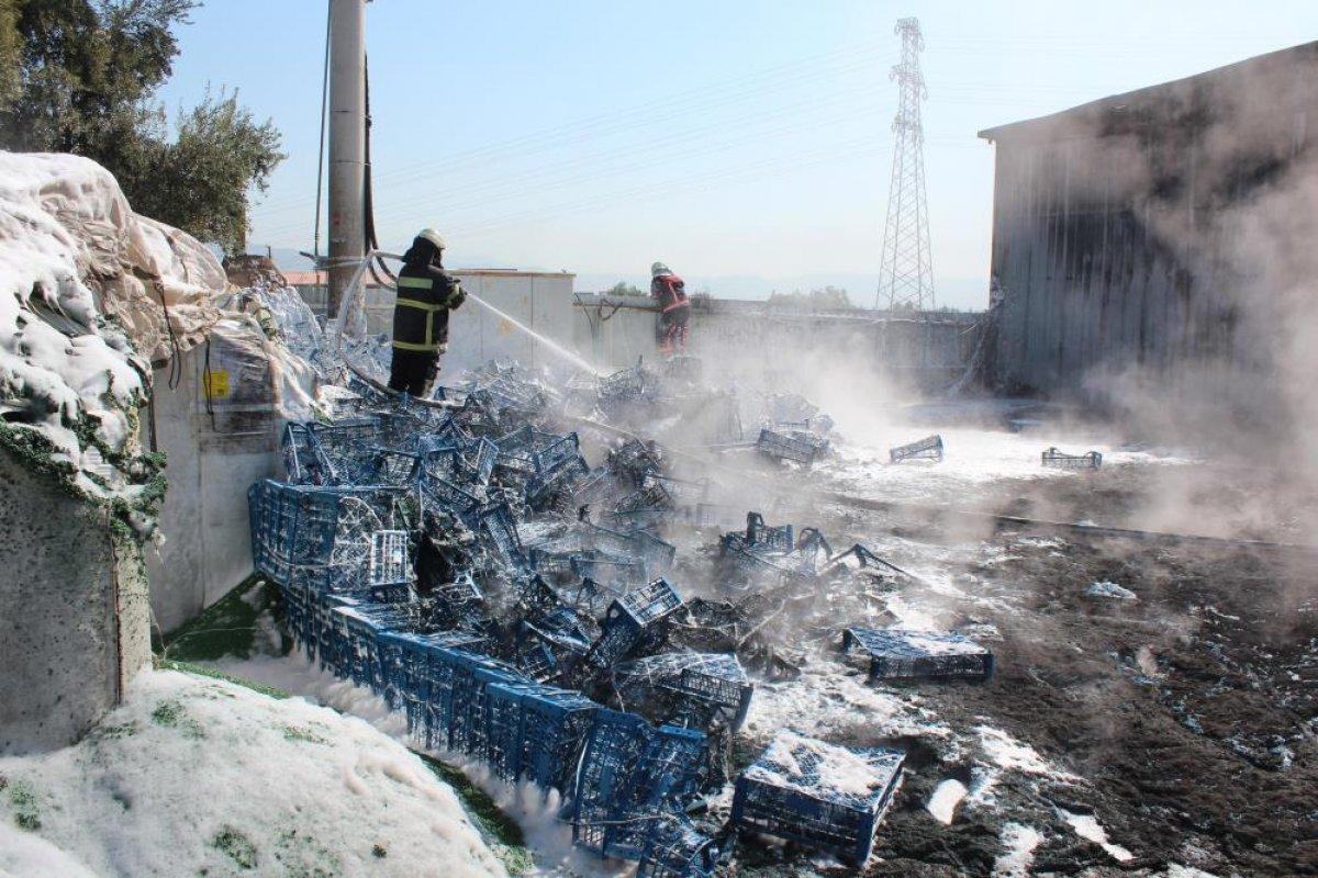Manisa da bir fabrikanın bahçesindeki plastikler alev aldı #4
