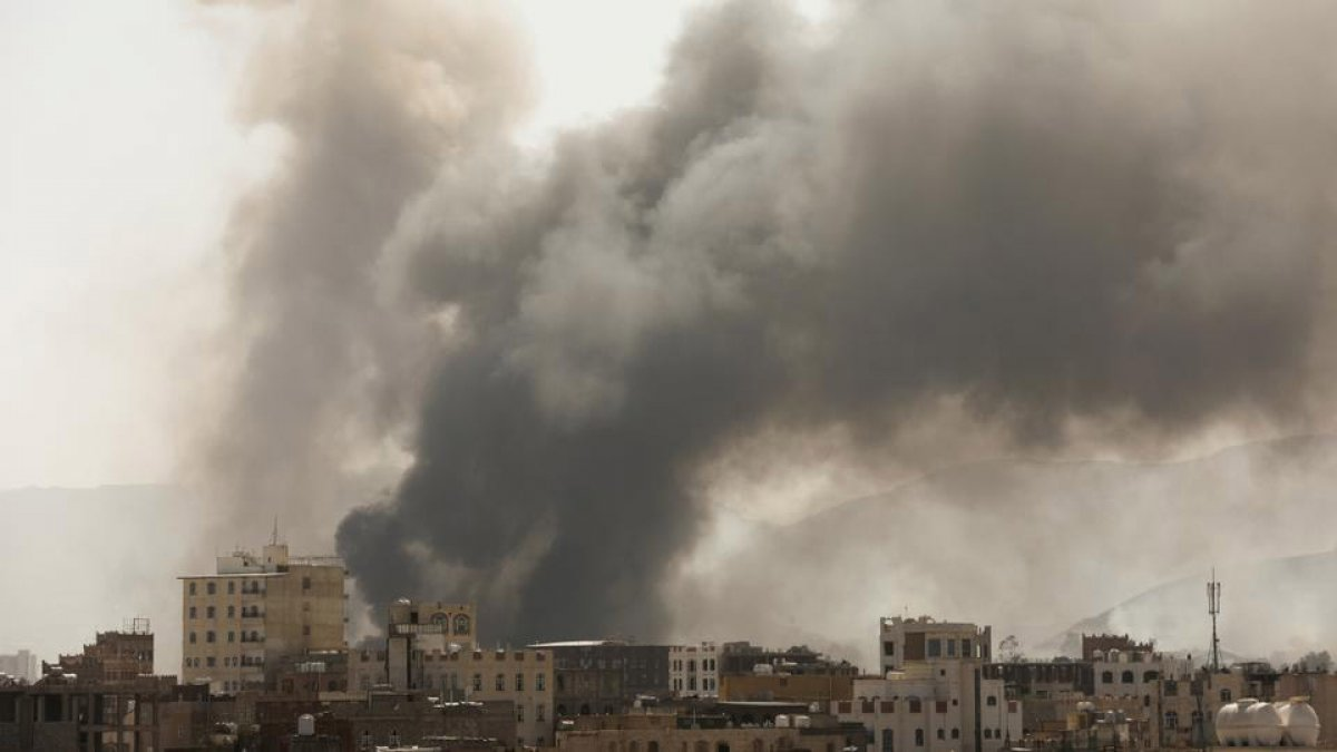 Yemen de Husiler askeri üsse saldırdı: 30 ölü 106 yaralı #1