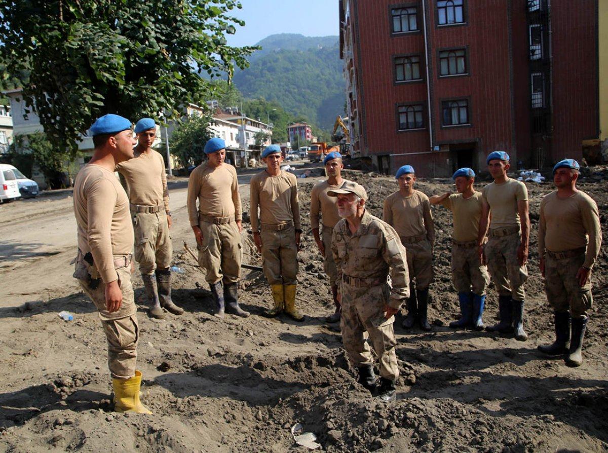 Bozkurtlu Coşkun Dede, sel bölgesinde yardım eden askerlere moral veriyor #2