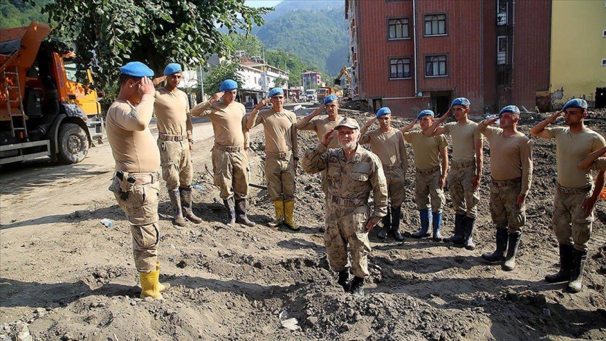 Bozkurtlu Coşkun Dede, sel bölgesinde yardım eden askerlere moral veriyor #1