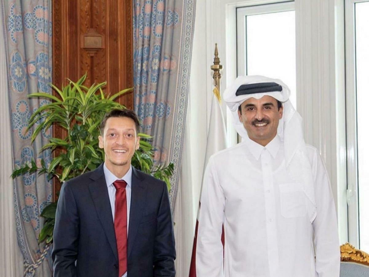 Mesut Özil, Katar Emiri Şeyh Temim ile birlikte #1