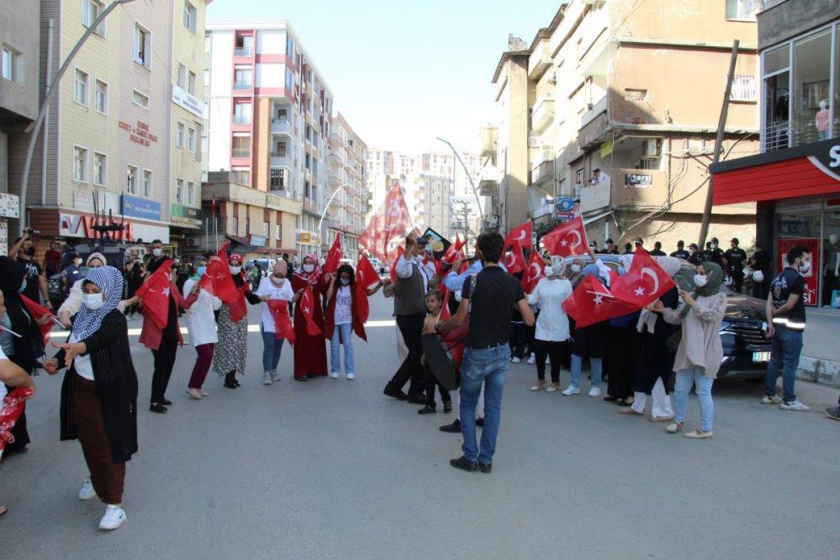 Oğlu terör örgütünden kaçan anne, Türk bayraklarıyla halay çekti #4