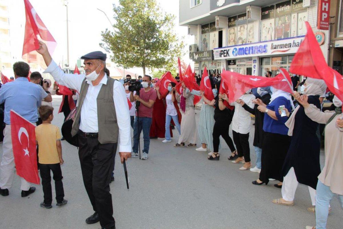 Oğlu terör örgütünden kaçan anne, Türk bayraklarıyla halay çekti #3