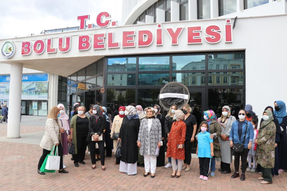Tanju Özcan a kadınlardan siyah çelenkli protesto  #1