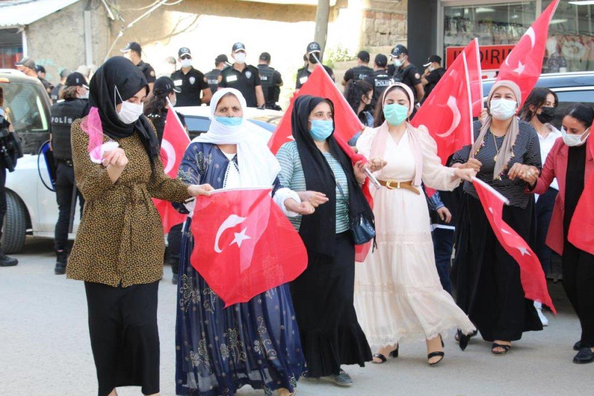 Oğlu terör örgütünden kaçan anne, Türk bayraklarıyla halay çekti #5