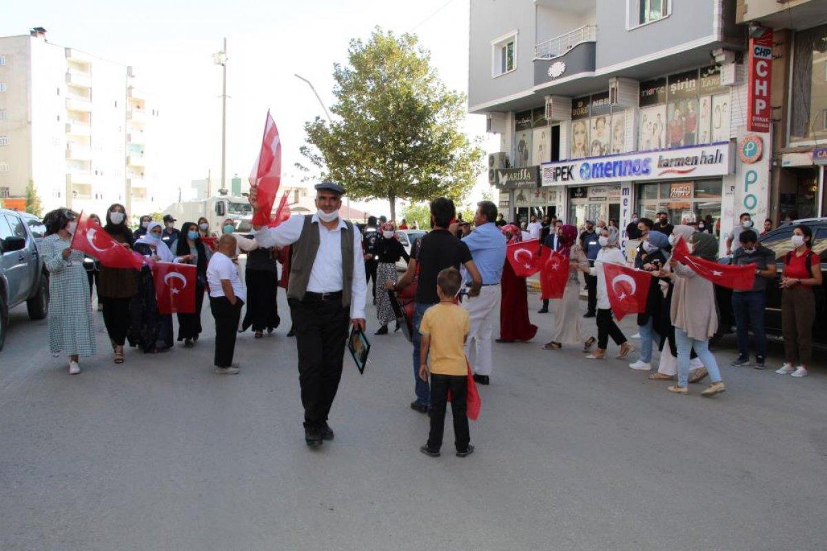 Oğlu terör örgütünden kaçan anne, Türk bayraklarıyla halay çekti #1