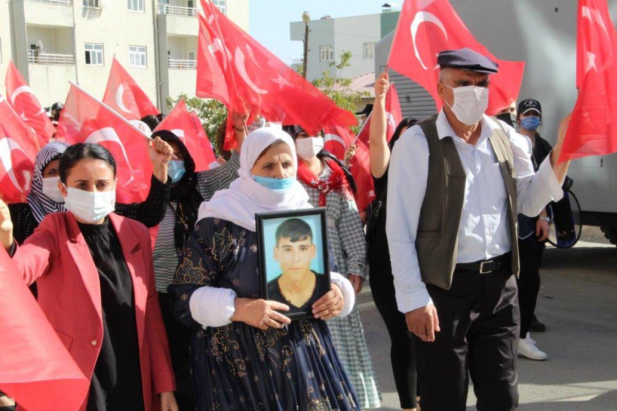 Oğlu terör örgütünden kaçan anne, Türk bayraklarıyla halay çekti #2
