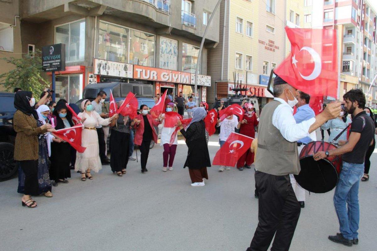 Oğlu terör örgütünden kaçan anne, Türk bayraklarıyla halay çekti #6