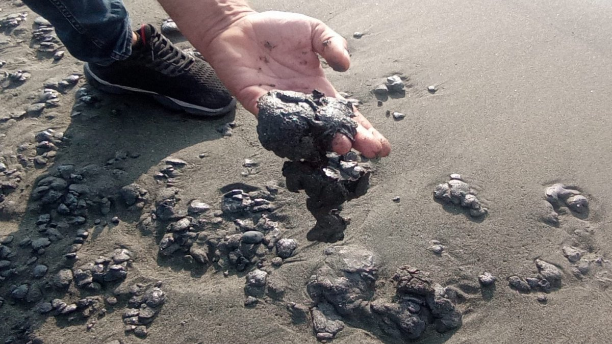 Hatay da sahile petrol atığı vurdu #5