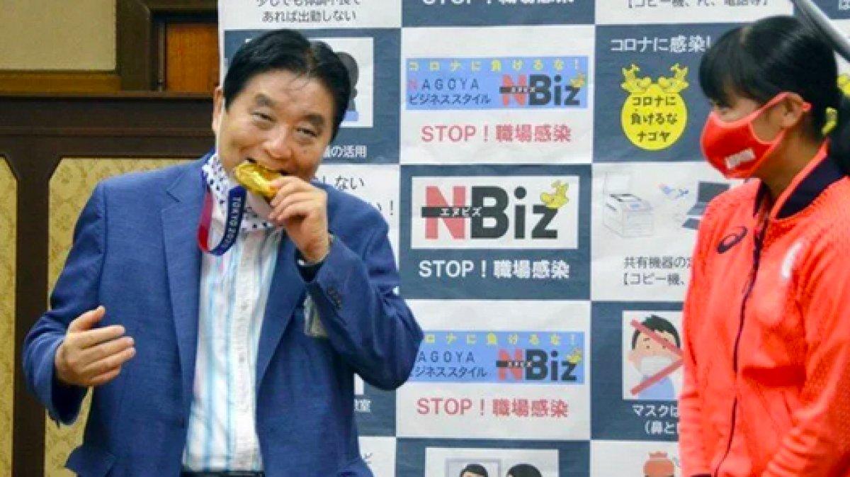 Japonya da olimpiyat madalyasını ısıran belediye başkanı koronavirüse yakalandı #1