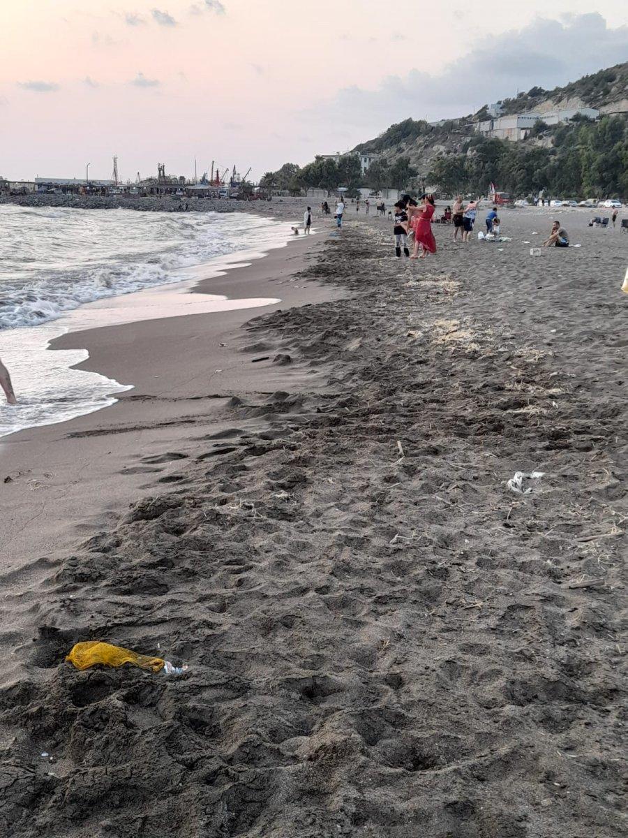Hatay da sahile petrol atığı vurdu #1