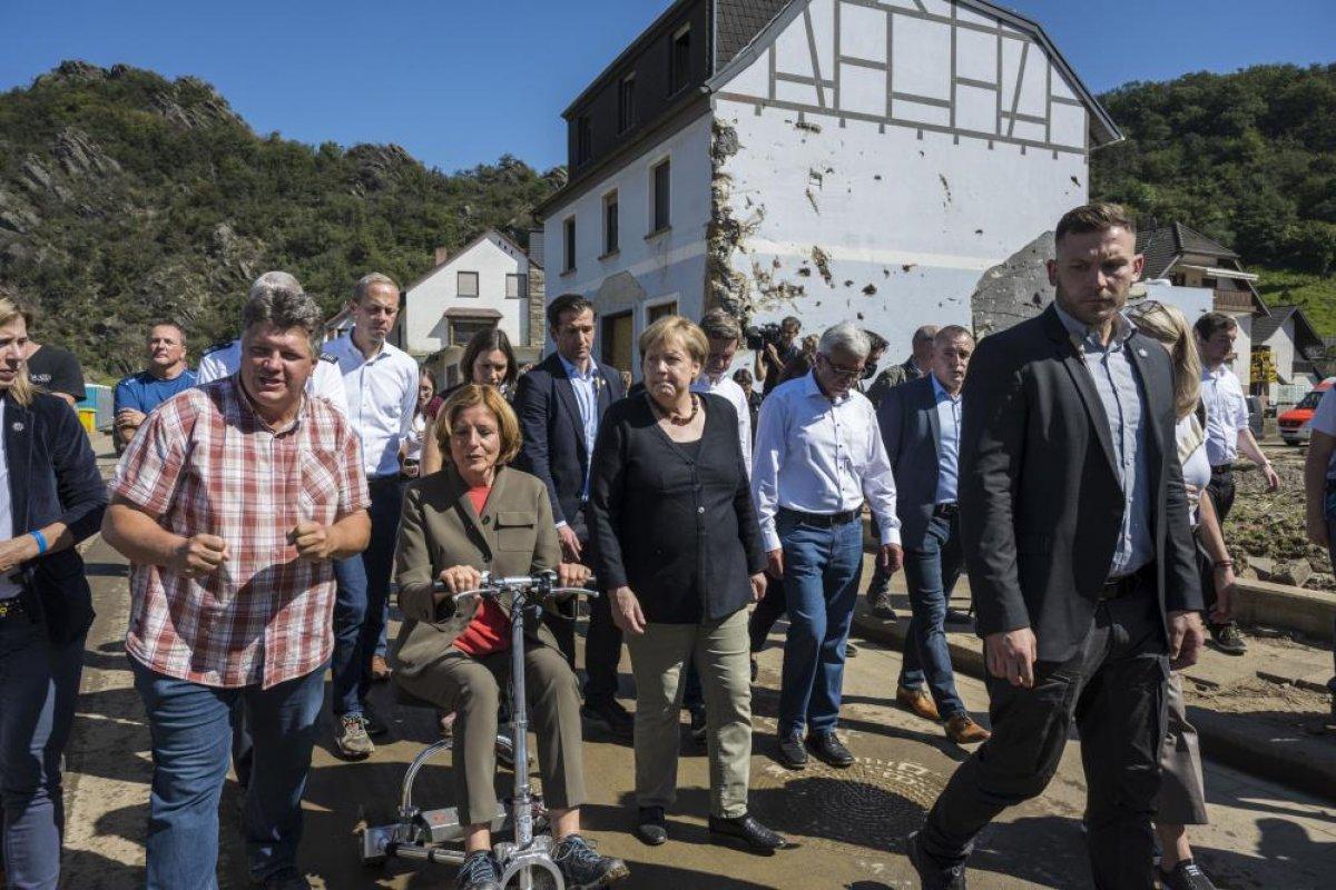Merkel den Almanya daki sel bölgesine ziyaret #2