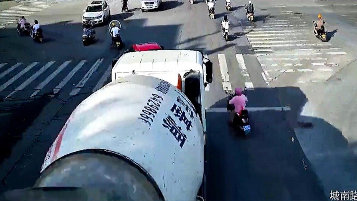 Çin de mikserin altında sürüklenen motorcu #3
