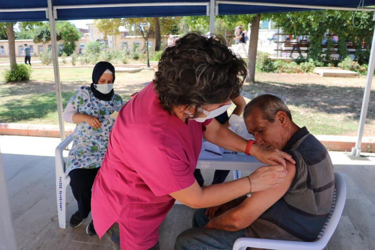 Adana da namazı sonrası, seyyar aşı standında aşılama yapıldı #5