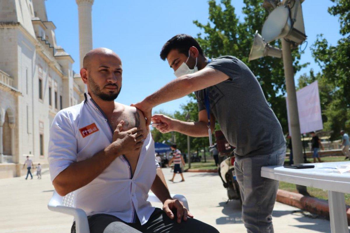 Adana da namazı sonrası, seyyar aşı standında aşılama yapıldı #1