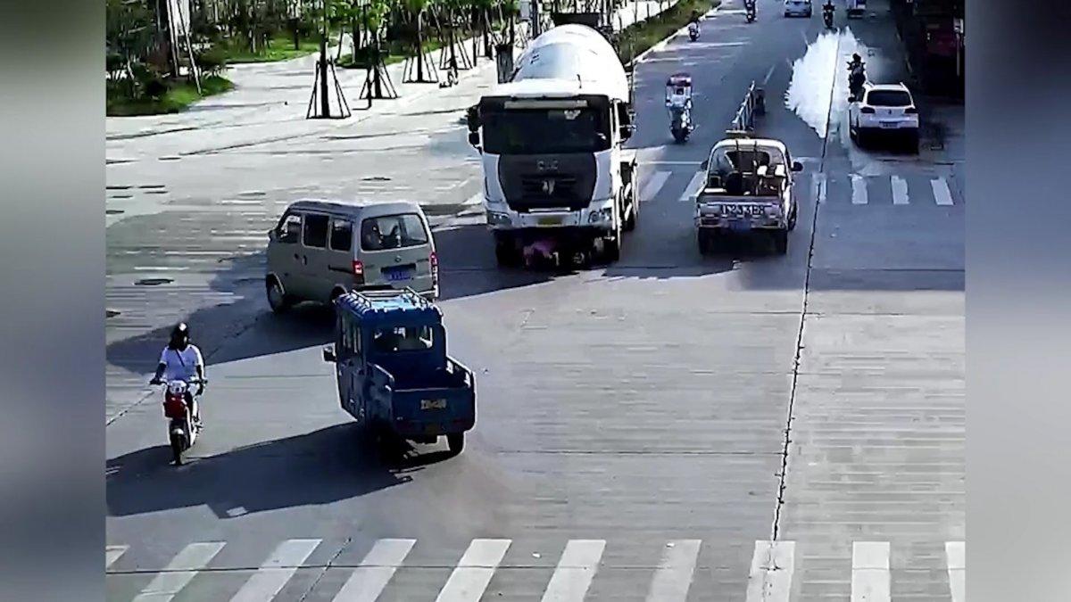 Çin de mikserin altında sürüklenen motorcu #2