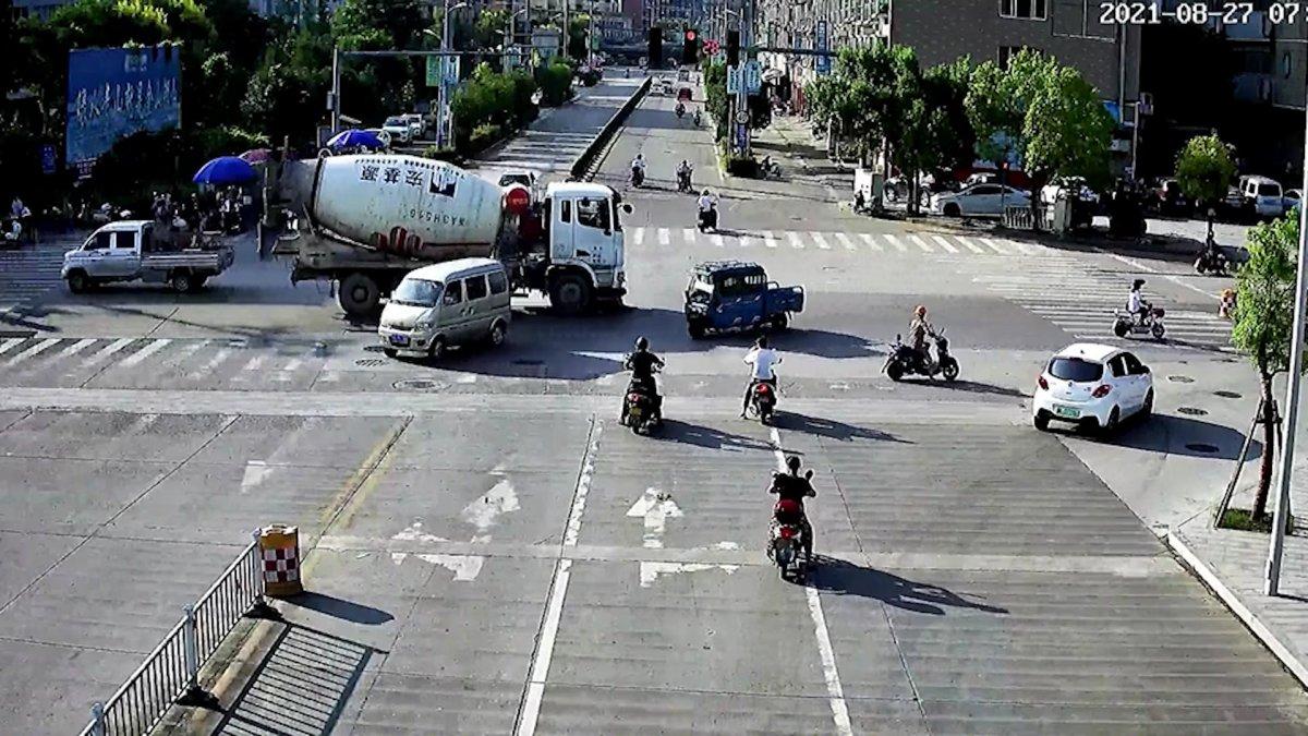 Çin de mikserin altında sürüklenen motorcu #1