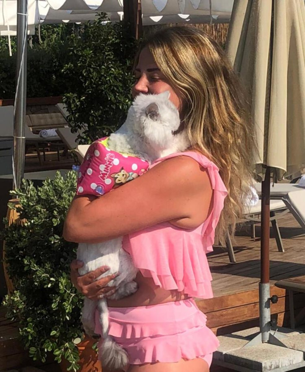 Esra Sönmezer, kedisiyle tatilde #1