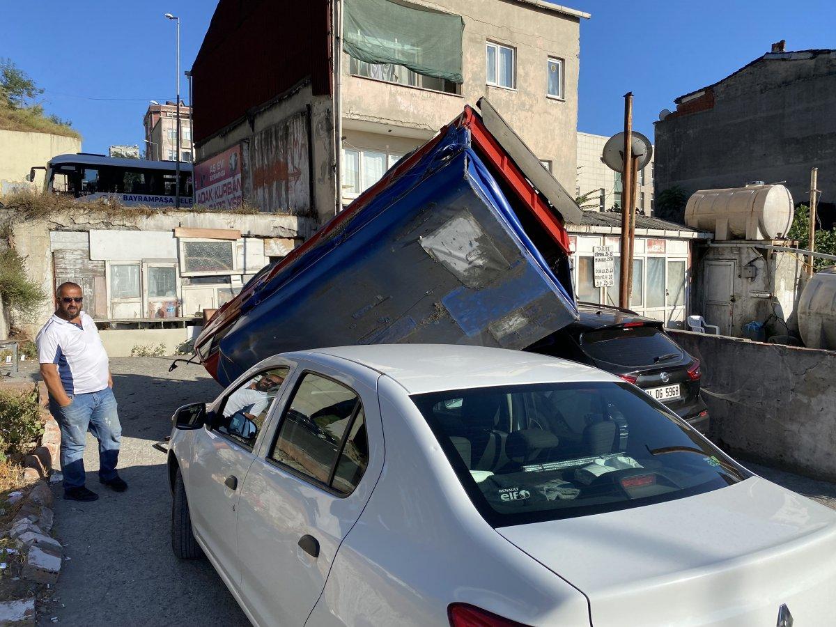 İstanbul da kamyonet 2 otomobilin üstüne devrildi #1
