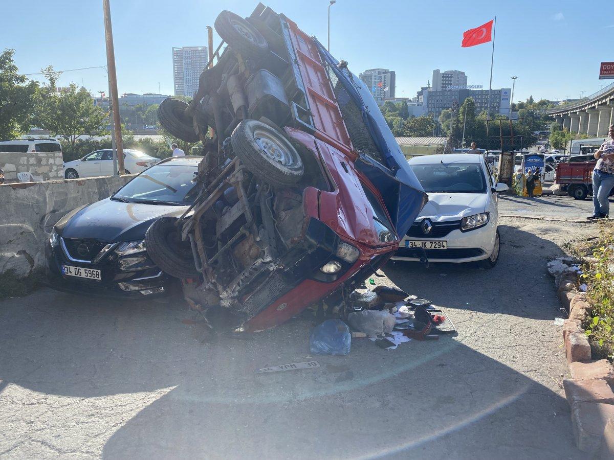 İstanbul da kamyonet 2 otomobilin üstüne devrildi #2
