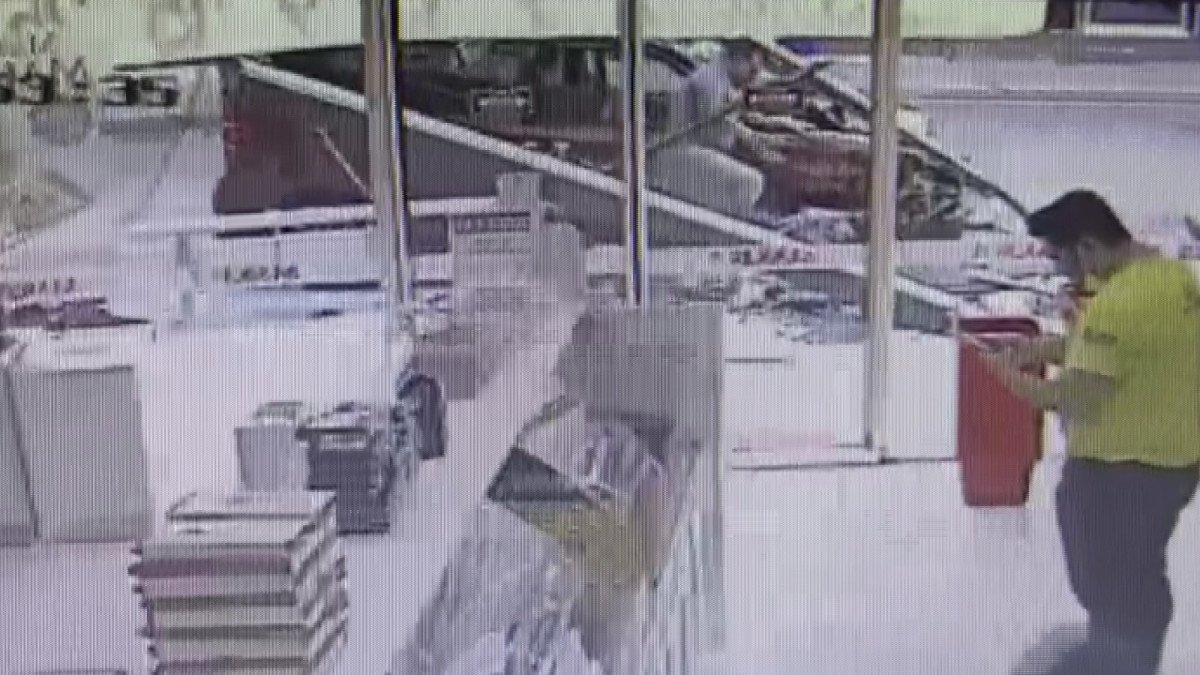 Kasımpaşa'da, hafif ticari araç otobüs durağına daldı #5