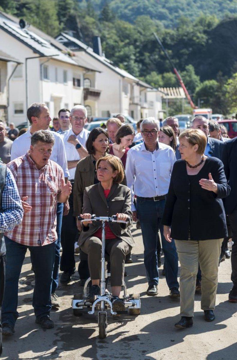 Merkel den Almanya daki sel bölgesine ziyaret #9