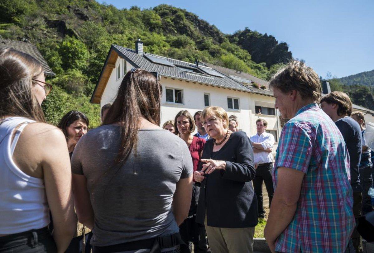 Merkel den Almanya daki sel bölgesine ziyaret #8