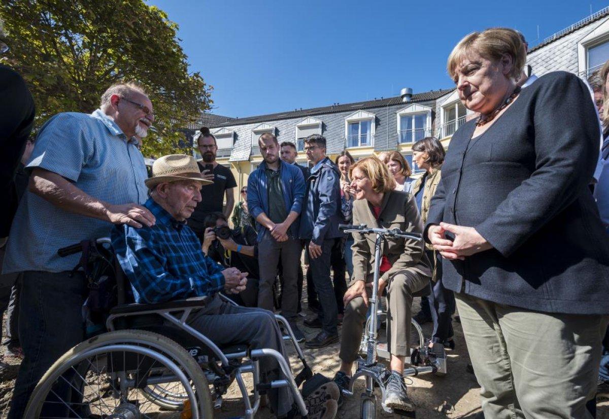 Merkel den Almanya daki sel bölgesine ziyaret #5