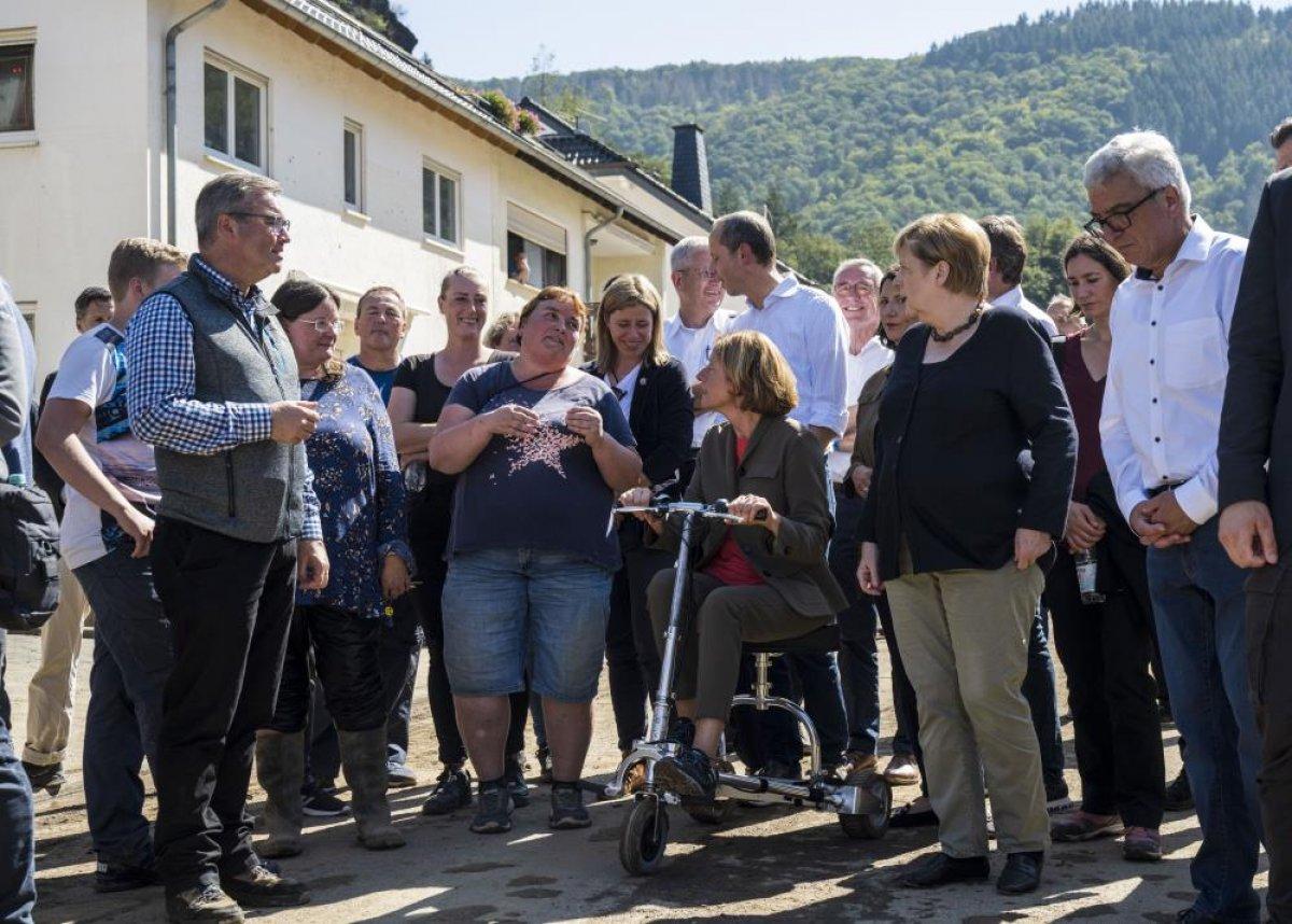 Merkel den Almanya daki sel bölgesine ziyaret #3