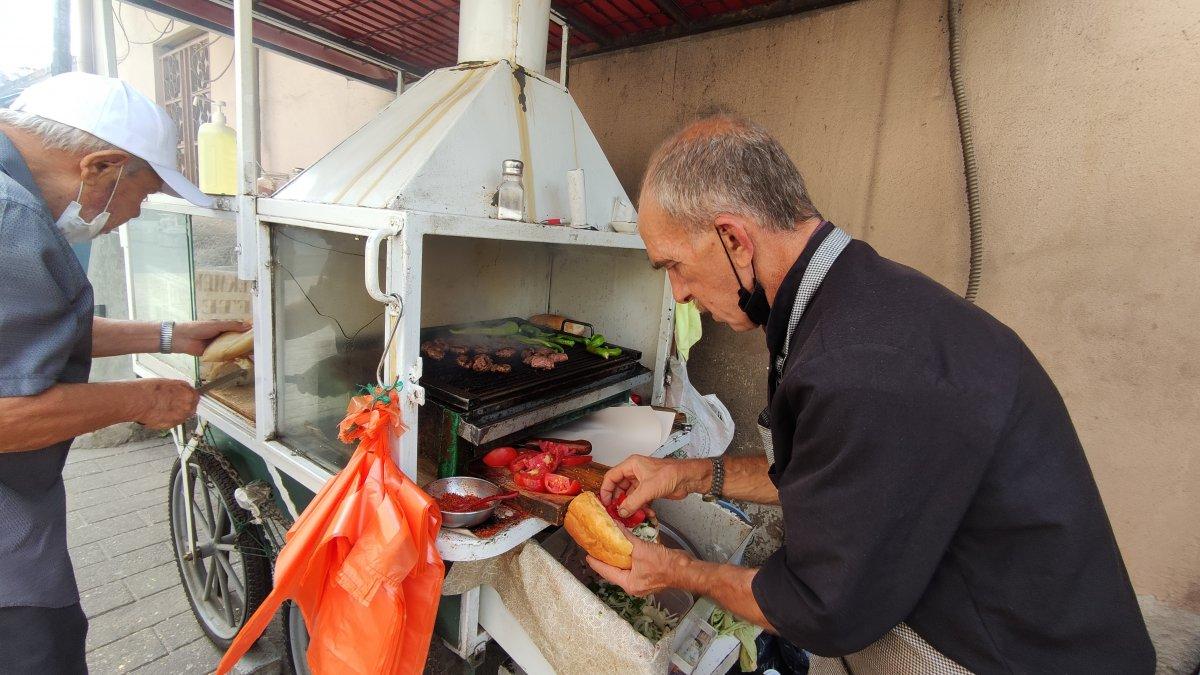 Bursa daki 50 yıllık seyyar köfteci için uzun kuyruklar oluşuyor #2