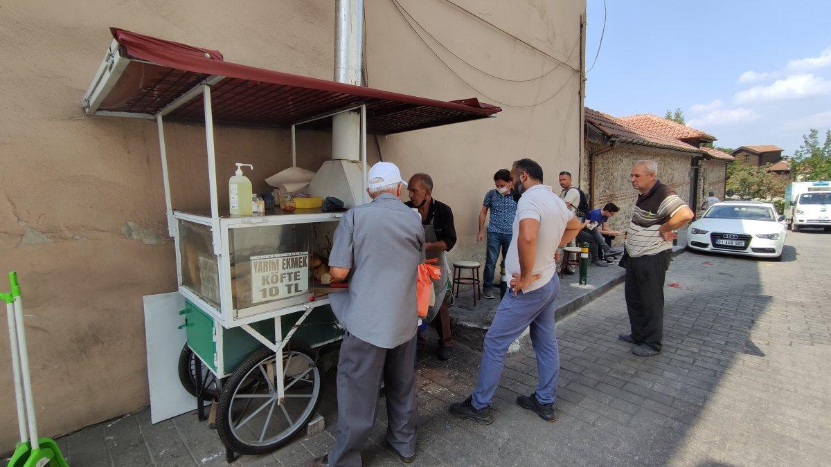 Bursa daki 50 yıllık seyyar köfteci için uzun kuyruklar oluşuyor #1