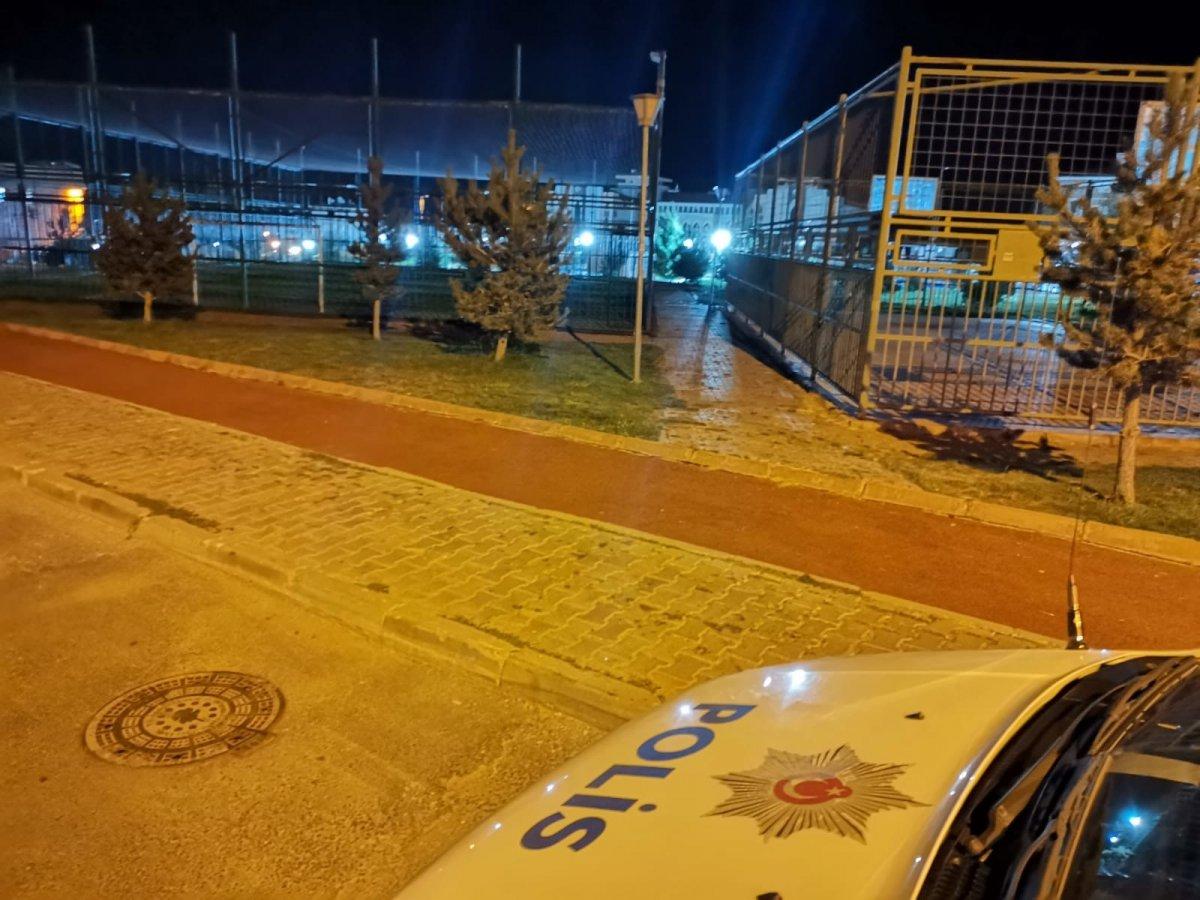 Kayseri de halı sahada tartıştığı 3 kişiyi tüfekle vurarak yaraladı #1