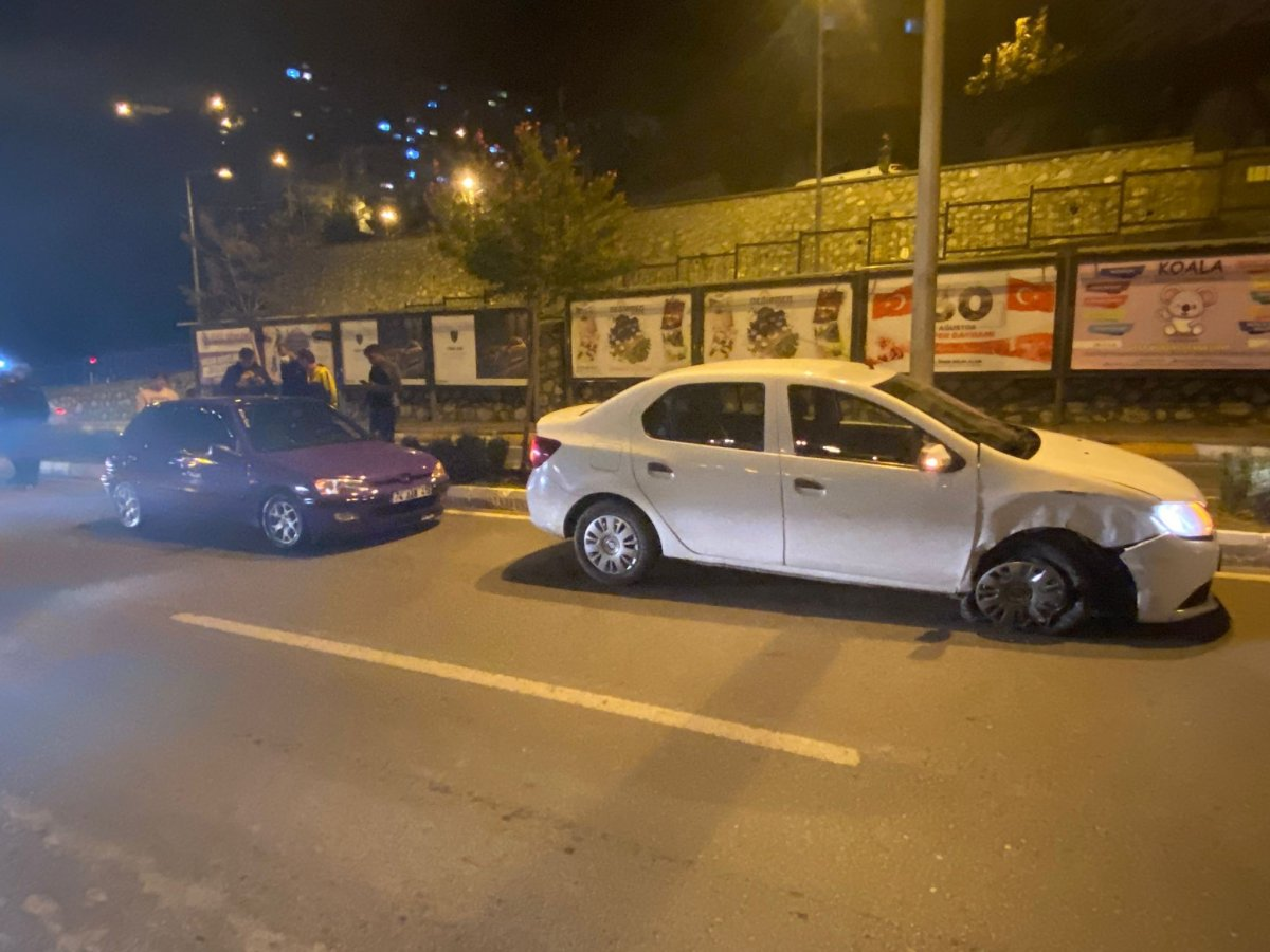 Zonguldak ta köpeğe çarpmamak için otomobile çarptı #1