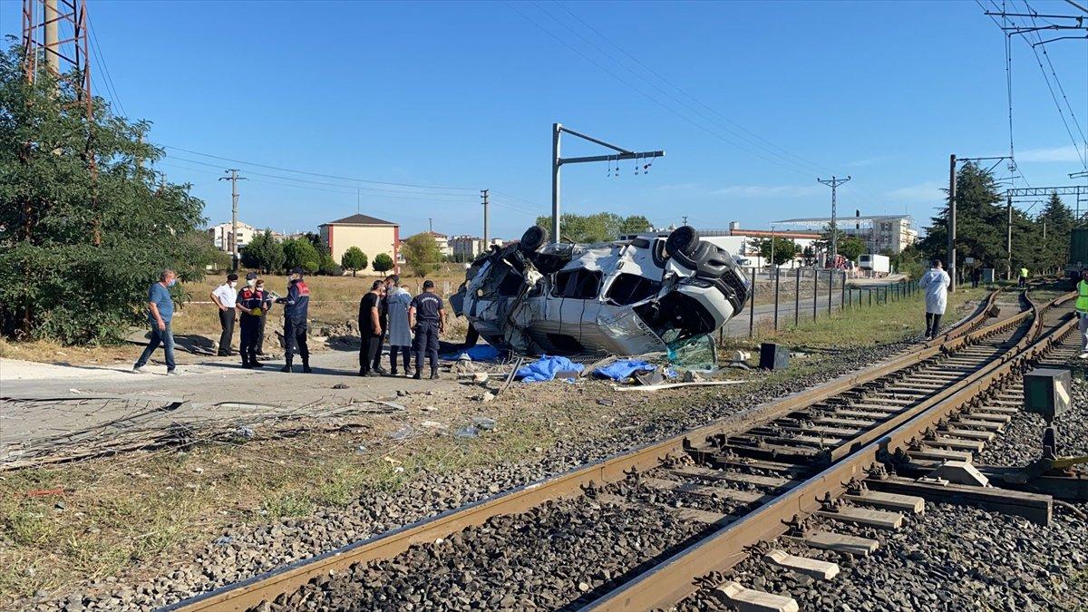 Tekirdağ da yük treni ile minibüs çarpıştı: Ölüler var #3