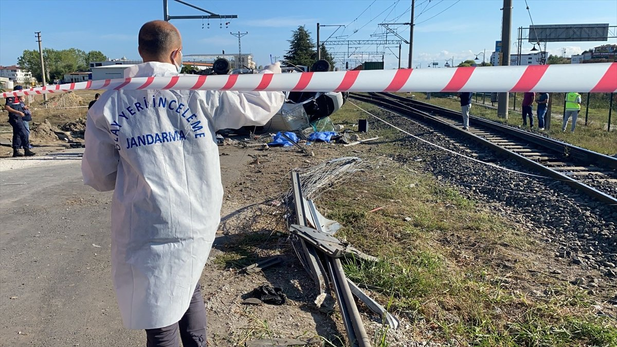 Tekirdağ da yük treni ile minibüs çarpıştı: Ölüler var #4