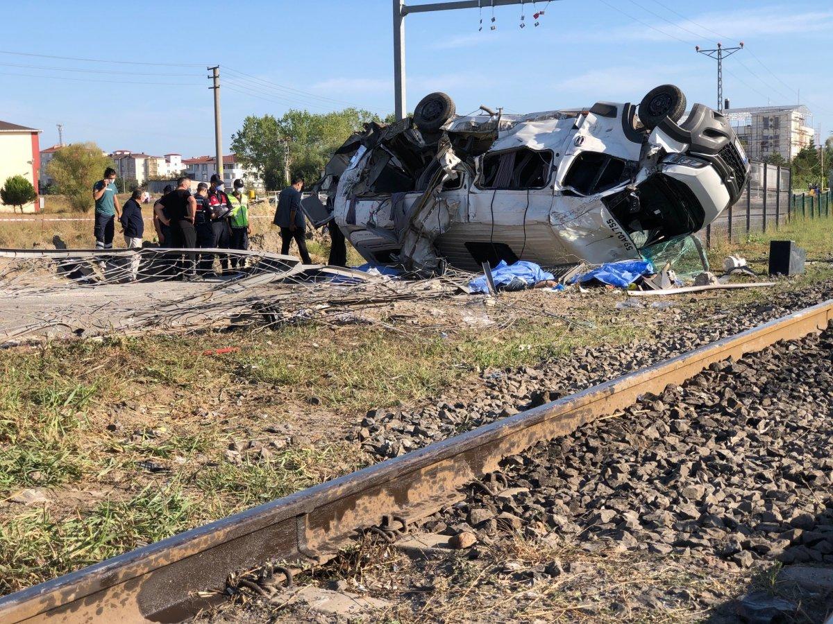 Tekirdağ da yük treni ile minibüs çarpıştı: Ölüler var #1