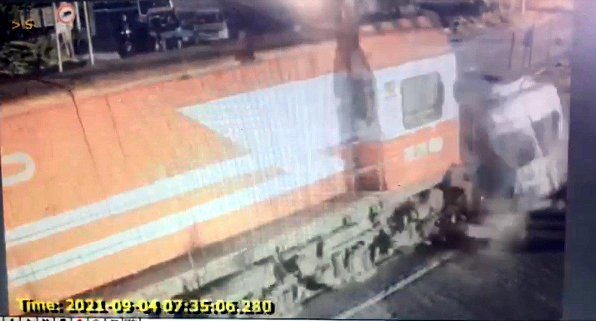 Tekirdağ da yük treninin işçi servisine çarpma anı #3